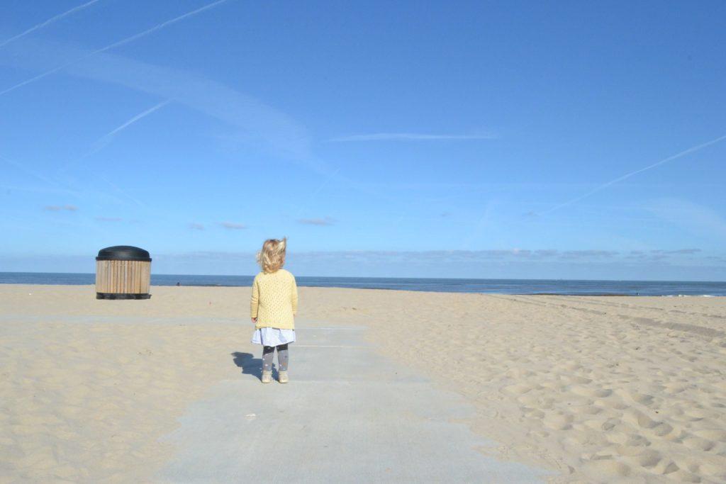 Aagje in haar Anna's Summer cardigan op het strand van Scheveningen